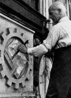 Paul Bebert, Vorsitzender der neu gegründeten Baugewerkschaft, beim Einzug in das Gewerkschaftshaus am Besenbinderhof am 14. September 1945.